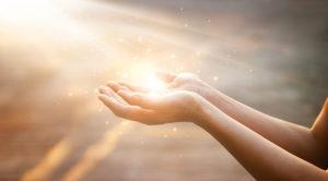 mains qui prient illuminées